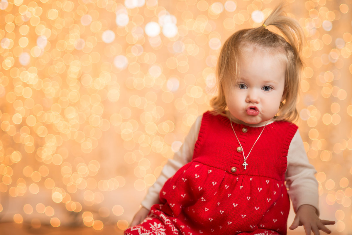 caitlin-chadwick-studios-holiday-mini-portrait-beautiful-blonde-blue-green-eyed-girl-child-gold-festive_0001