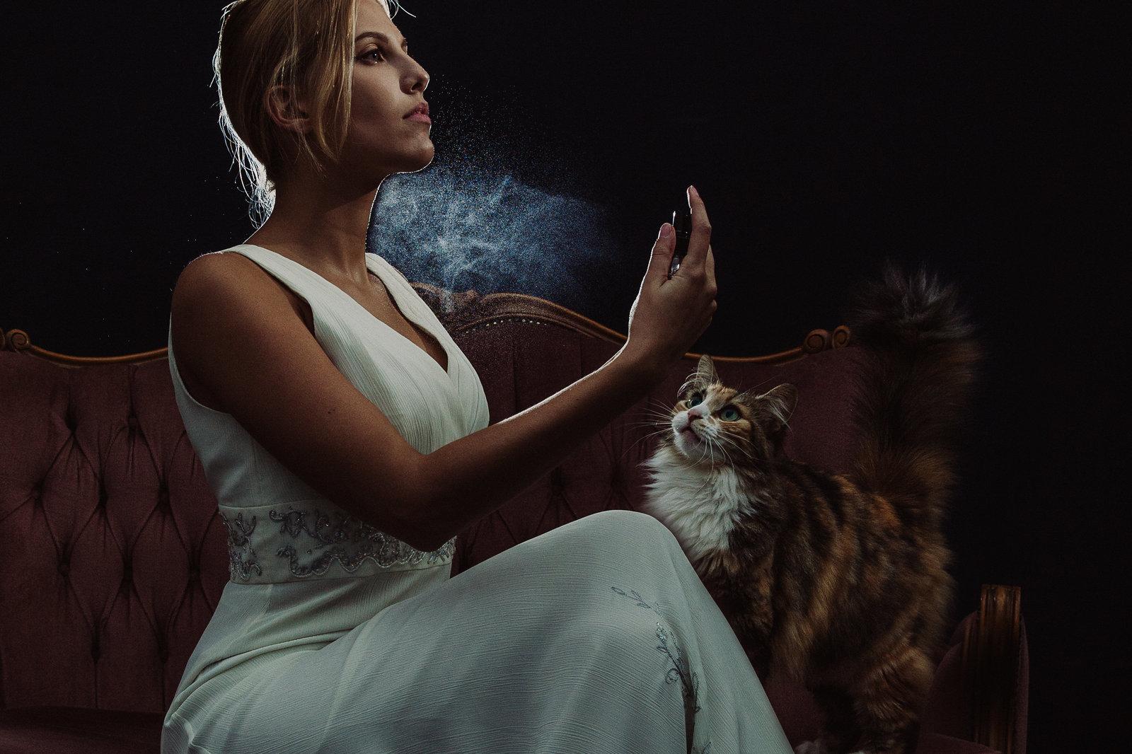 Brid spuit parfum, poes kijkt toe. Strobist foto, gemaakt door FOTOZEE