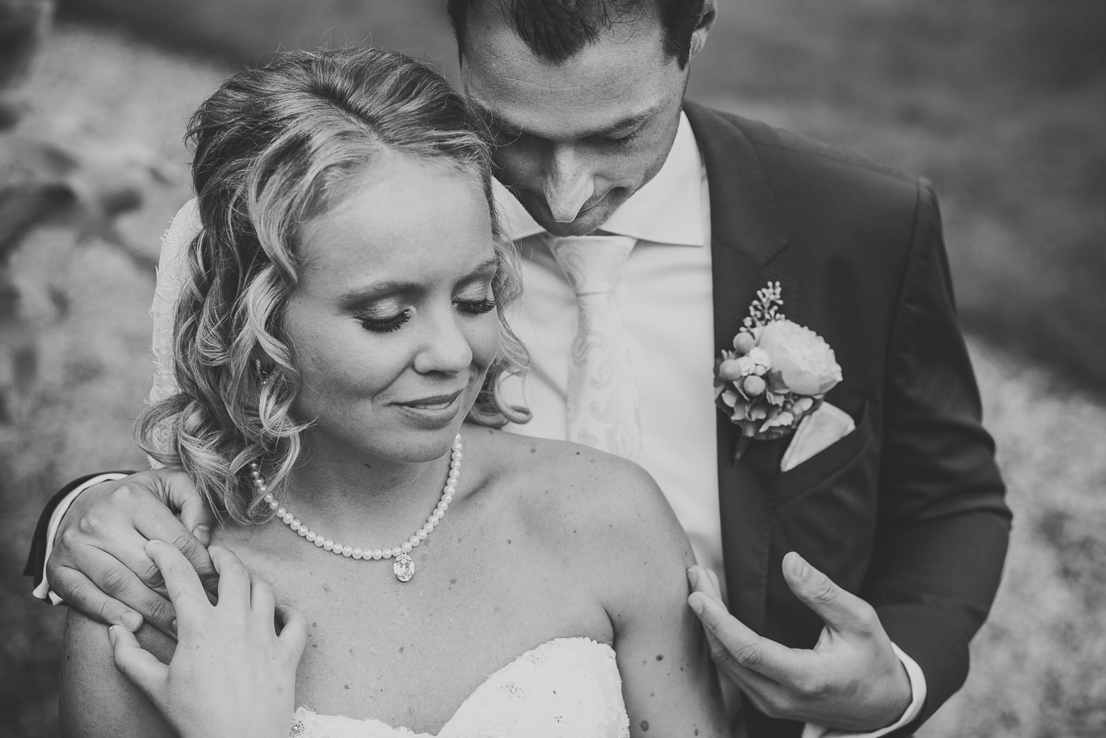 Bruidegom streelt zijn bruid over haar arm. Copyright Nanda Zee-Fritse | FOTOZEE