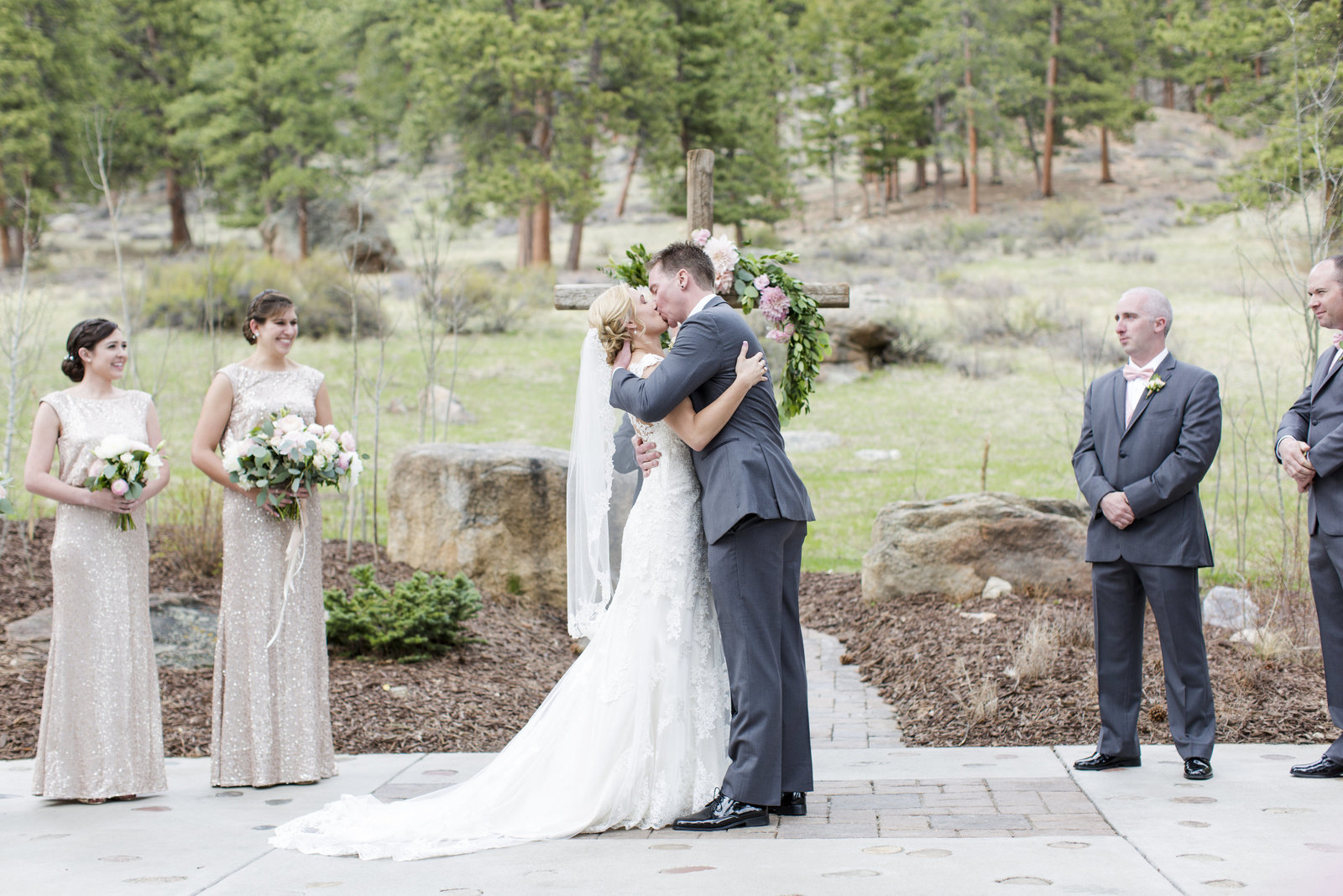Jessi-Zach-Photography-Colorado-Mountain-Wedding-Photographer-Della-Terra-Mountain-Chateau_27