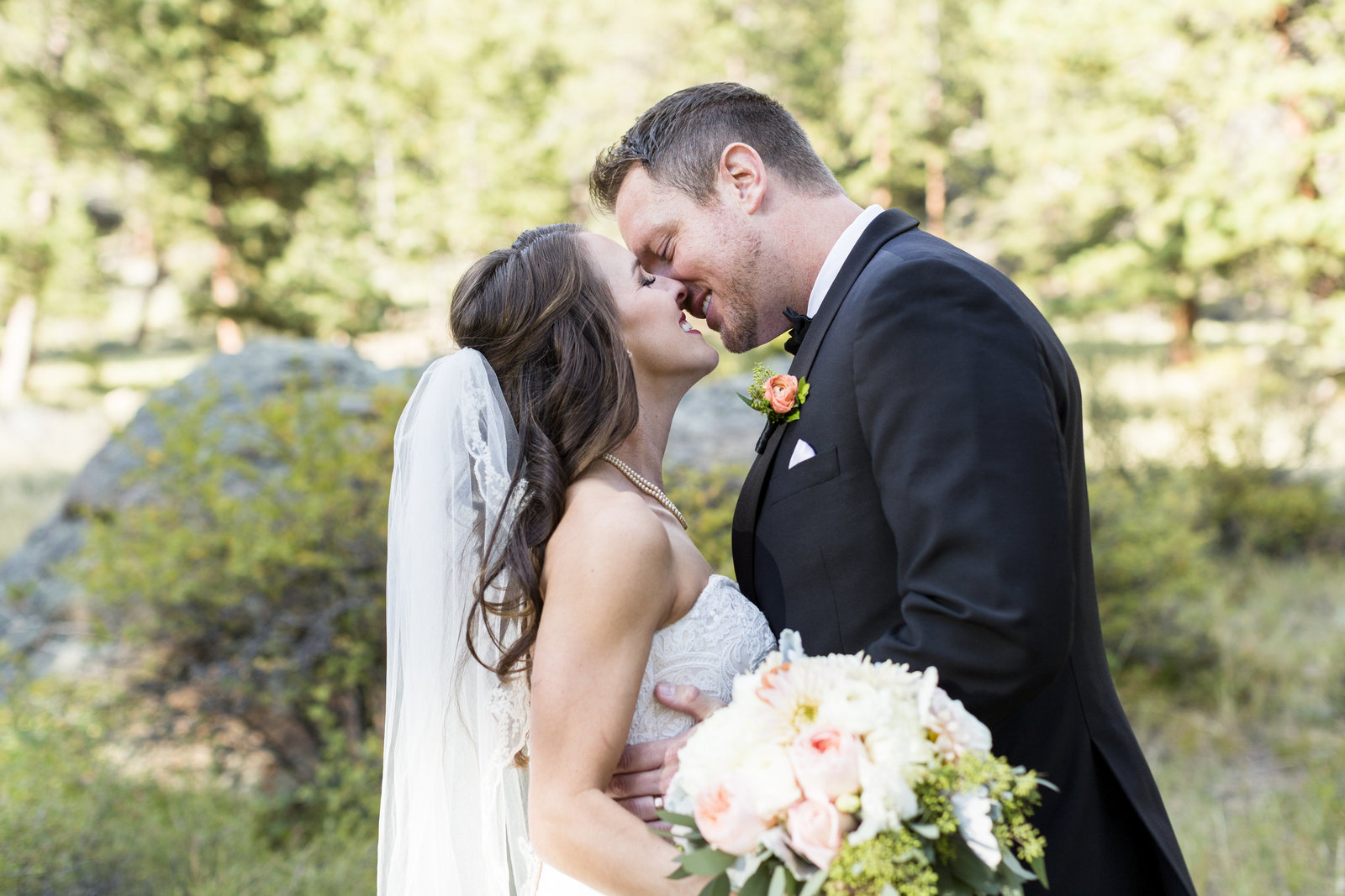 Jessi-Zach-Photography-Colorado-Mountain-Wedding-Photographer-Della-Terra-Mountain-Chateau_55