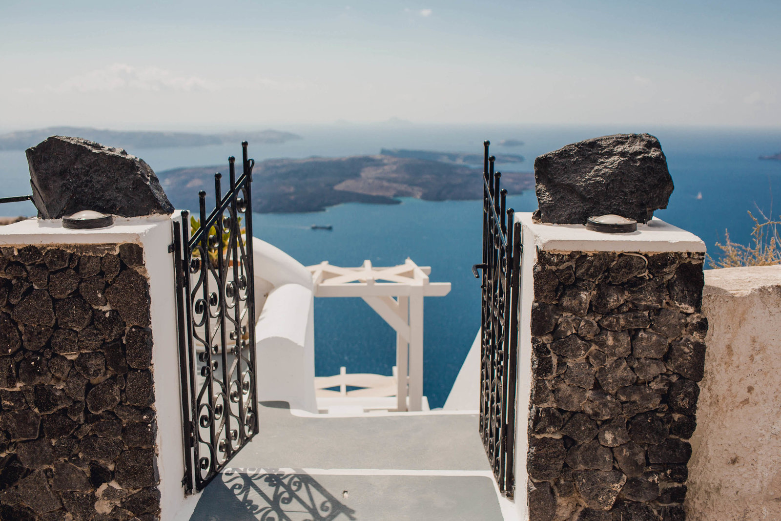 gate-ocean-destination-travel-santorini-wedding-kate-timbers-photo-2518