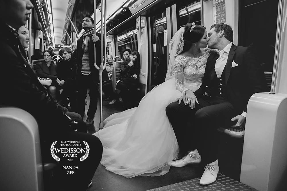 Deze award winning foto van een zoenend bruidspaar is gemaakt in de metro van Parijs. Kissing wedding couple on the subway in Paris. Nanda Zee-Fritse van FOTOZEE
