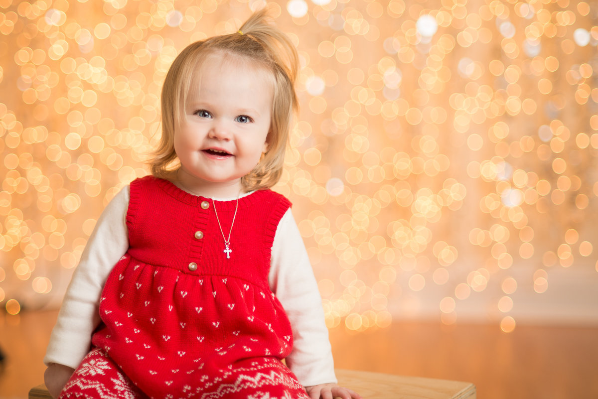 caitlin-chadwick-studios-holiday-mini-portrait-beautiful-blonde-blue-green-eyed-girl-child-gold-festive_0004