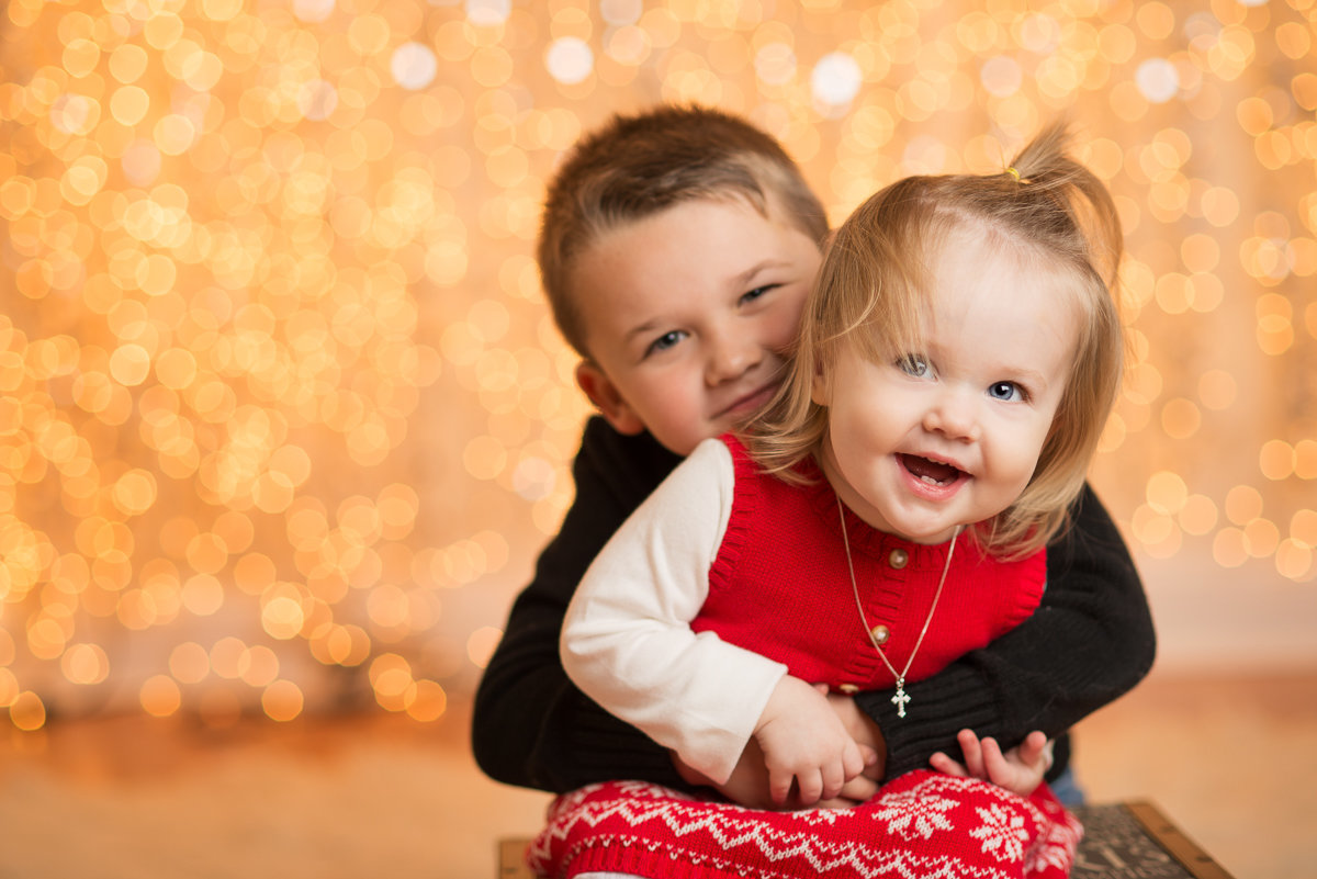 caitlin-chadwick-studios-holiday-mini-portrait-beautiful-siblings-blonde-blue-eyed-girl-brunette-hazel-eyes-child-gold-festive_0001