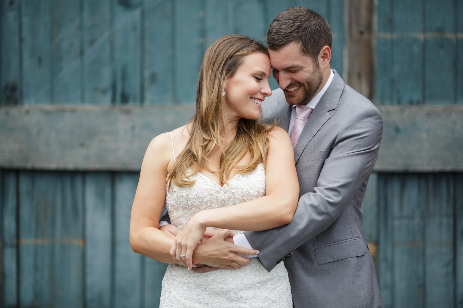 old-blue-barn-wood-wedding-photo