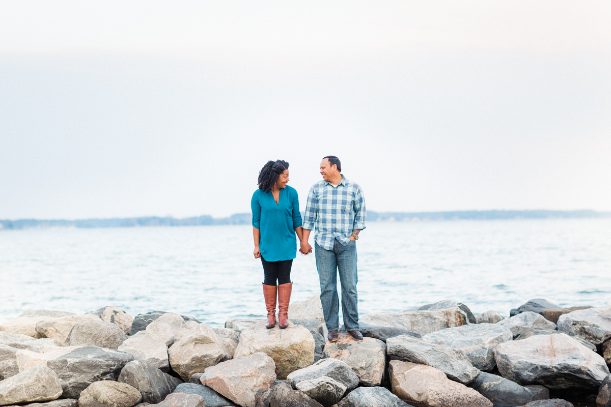 i-yorktown-beach-engagement-photos-fun