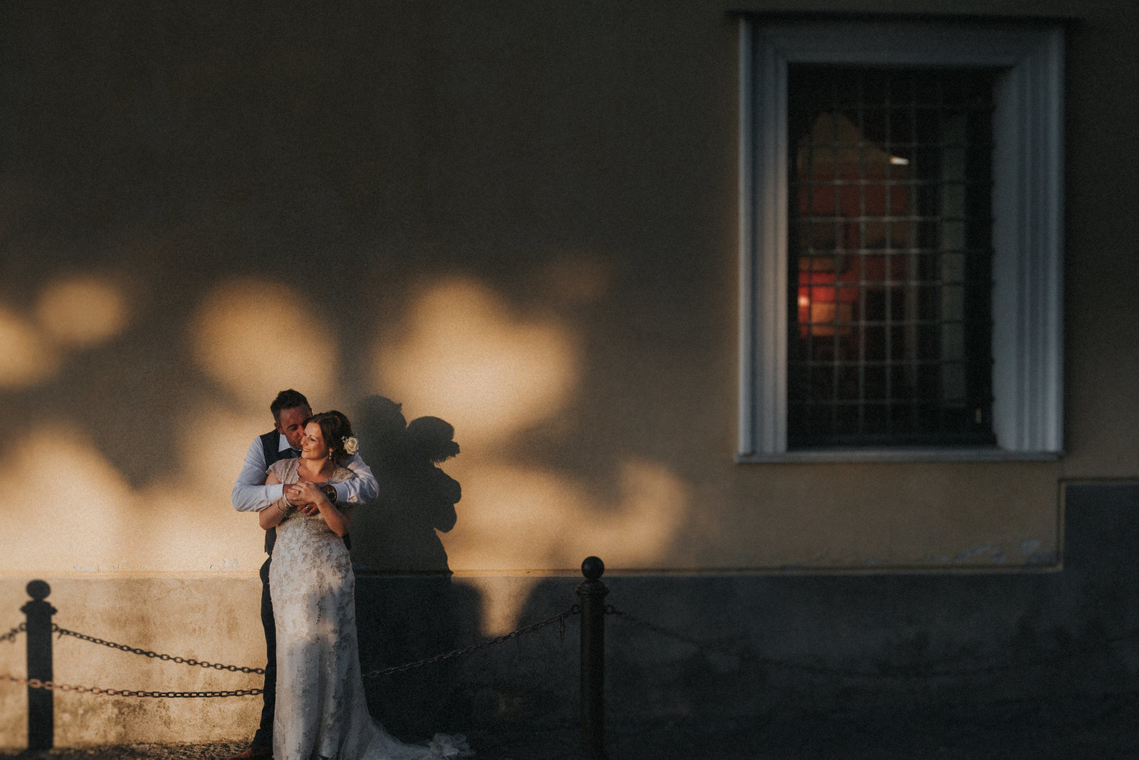Couple hugging and kissing in Sorrento, Italy as the sun sets by Sorrentto Wedding Photographer Jono Symonds