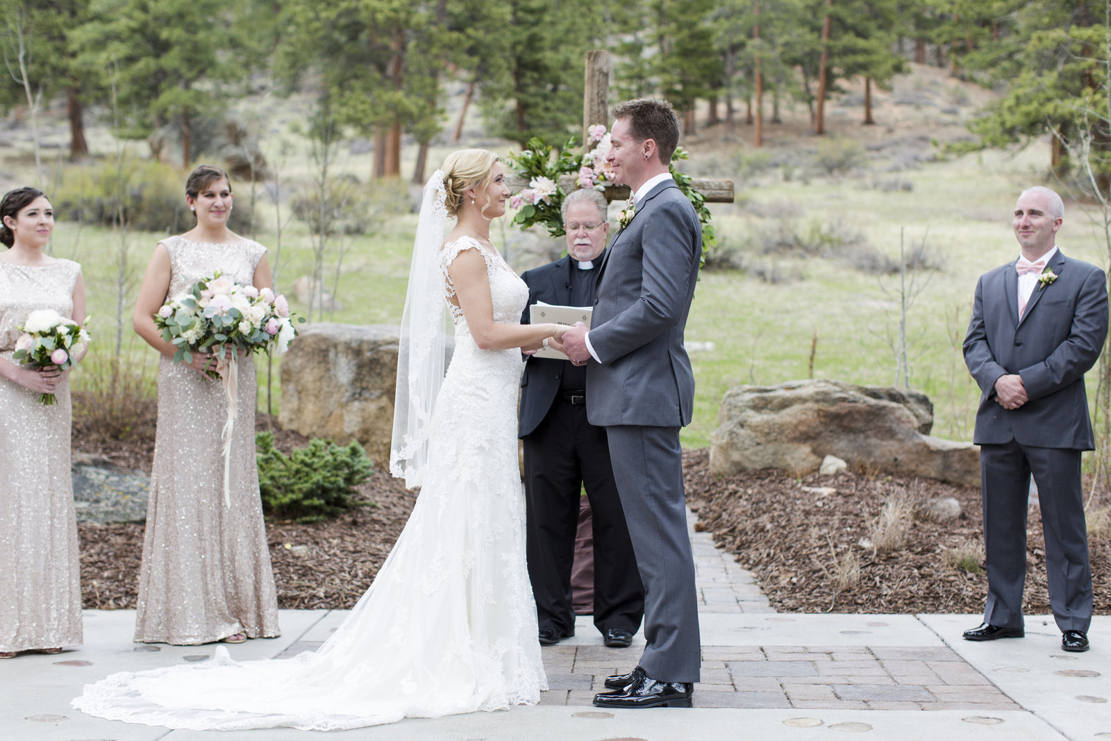 Jessi-Zach-Photography-Colorado-Mountain-Wedding-Photographer-Della-Terra-Mountain-Chateau_21