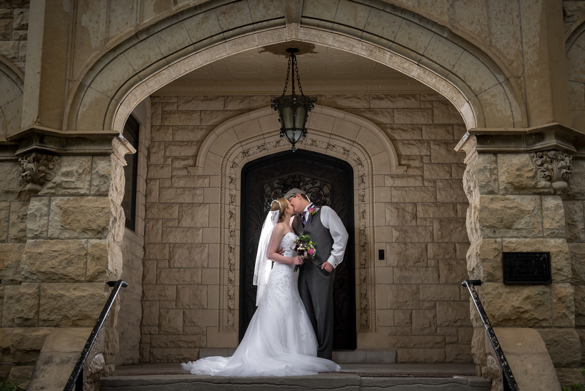 bride-groom-kiss-Joslyn-Castle