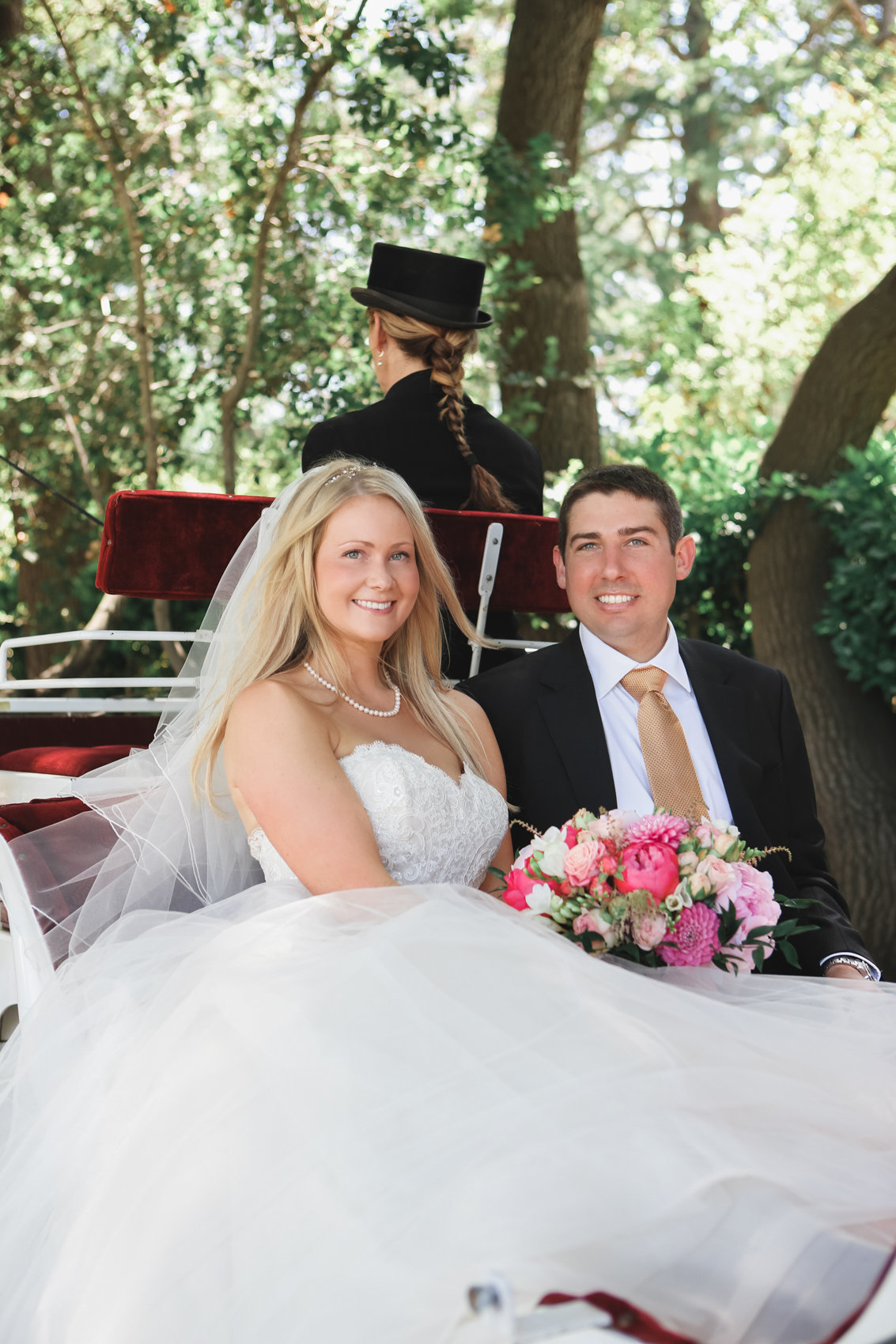 Los Altos wedding, bride and groom arrive at wedding in carriage