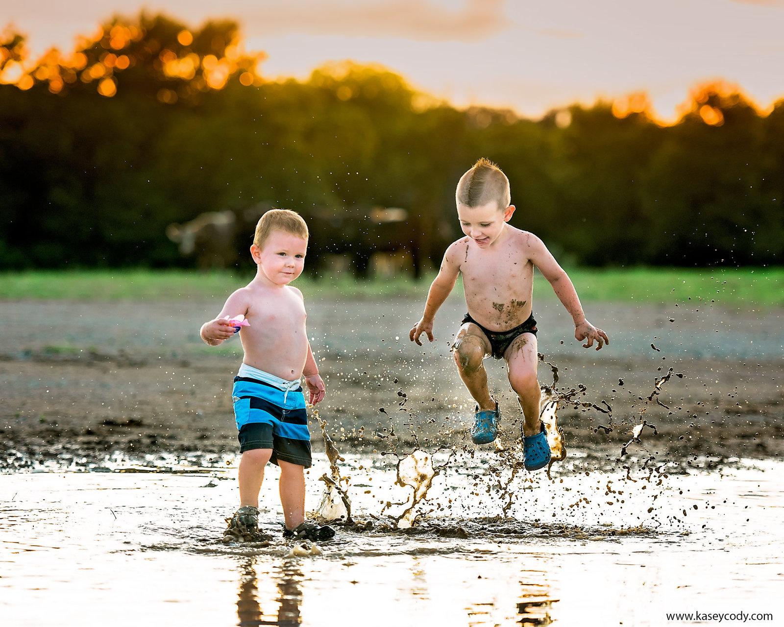 Mud-Minis-Weatherford-TX-Photographer-Outdoor-Sunset-Cows-Toddlers-Boys-Kasey-Cody-KC-Photography-Design