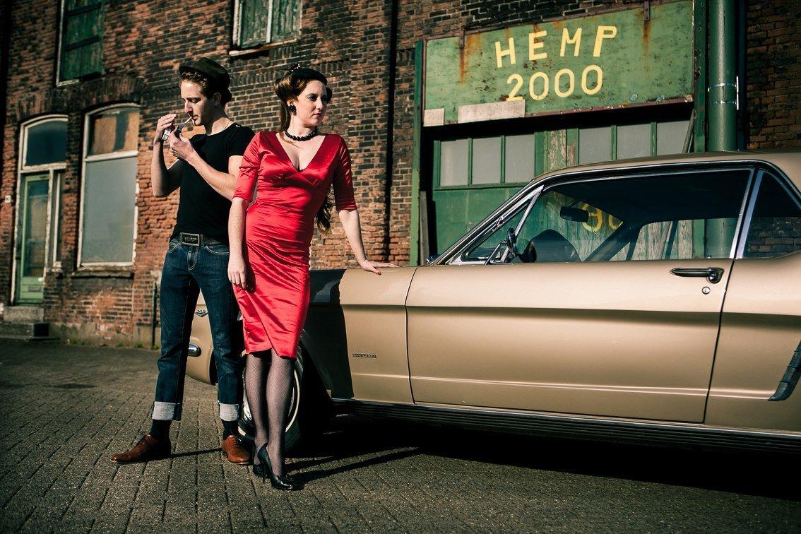 Te gekke setting van deze retro loveshoot. Rockabilly, rode jurk, mustang. Copyright Nanda Zee-Fritse | FOTOZEE