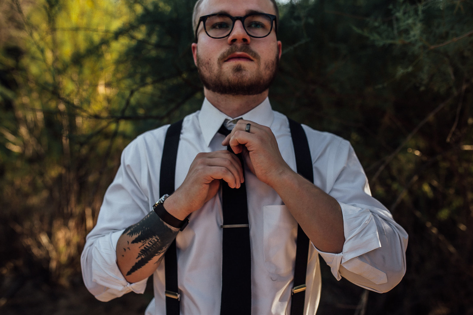 Groom gets all his details ready for the elopement in Mesa, AZ