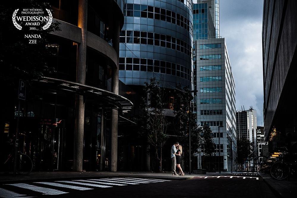 Een award voor Rotterdamse romantiek. Ook kantoorgebouwen kunnen mooi zijn in een loveshoot. Copyright Nanda Zee-Fritse | FOTOZEE