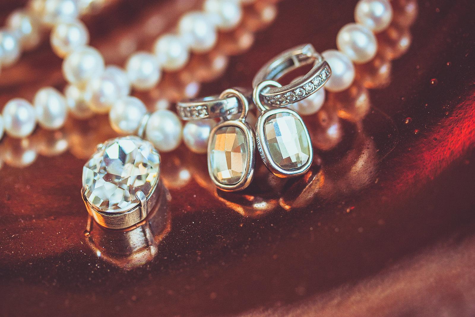 Onmisbaar in je trouwreportage: de details. Hier de parels en stenen van de bruid. Copyright Nanda Zee-Fritse | FOTOZEE