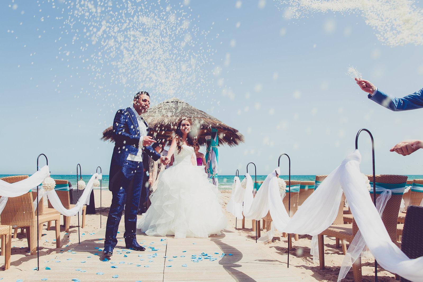 Bruidspaar krijgt een regen van rijst op hun bruiloft in Italie. Copyright Nanda Zee-Fritse | FOTOZEE