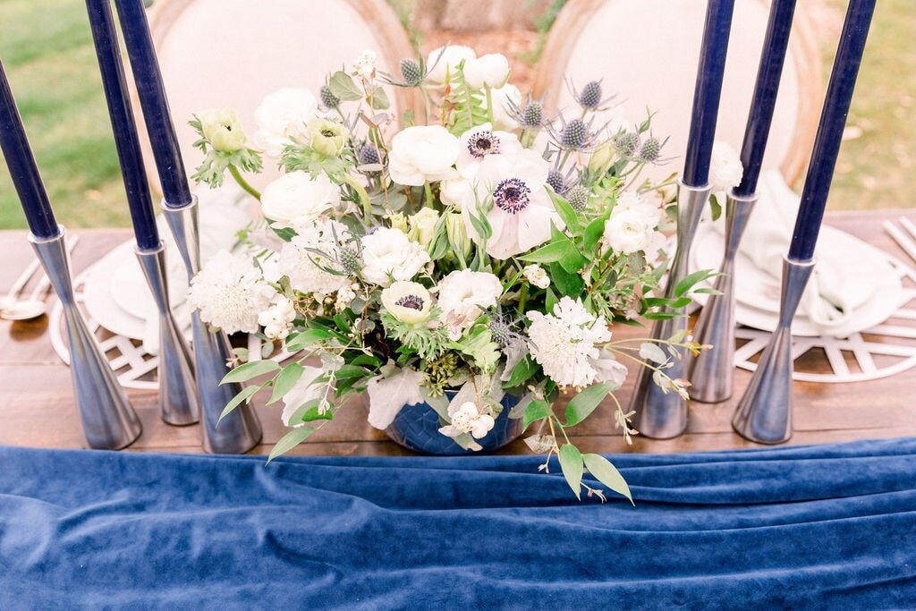 blue-wedding-decor-candles-flowers