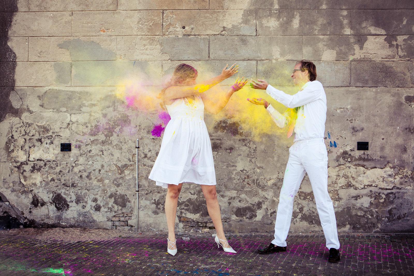 Trek je witte kleding aan en ga gooien met holipoeder tijdens een loveshoot. Copyright Nanda Zee-Fritse | FOTOZEE