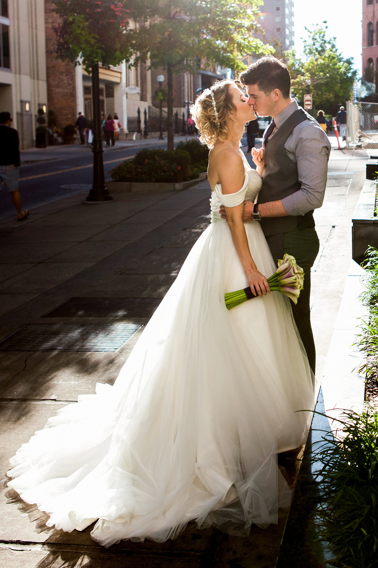 Downtown-Nashville-Wedding-Photos-Kiss-in-the-Street