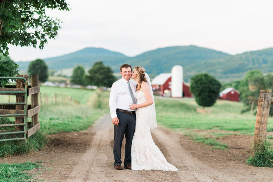 Intimate-Barn-Lewisburg-Wedding-photos-by-carrie-b-joines (8)