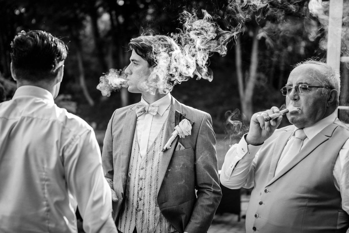 salons de groene jager brasschaat trouw davinia en Nick roken sigaren foto