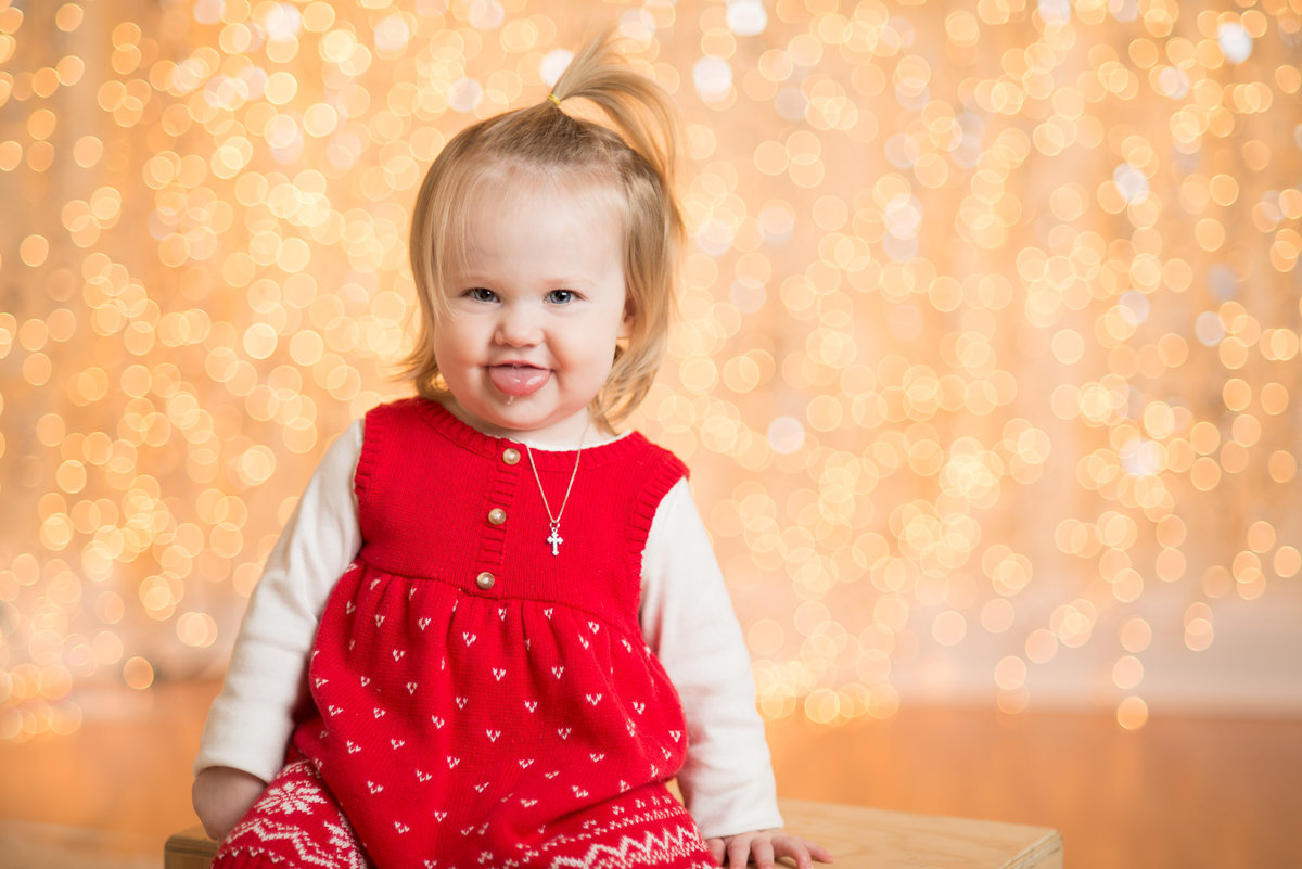 caitlin-chadwick-studios-holiday-mini-portrait-beautiful-blonde-blue-green-eyed-girl-child-gold-festive_0003