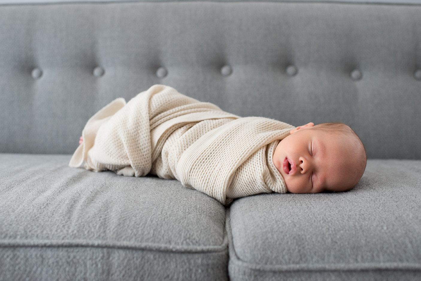 lifestyle-newborn-chiago-photographer-baby-on-couch