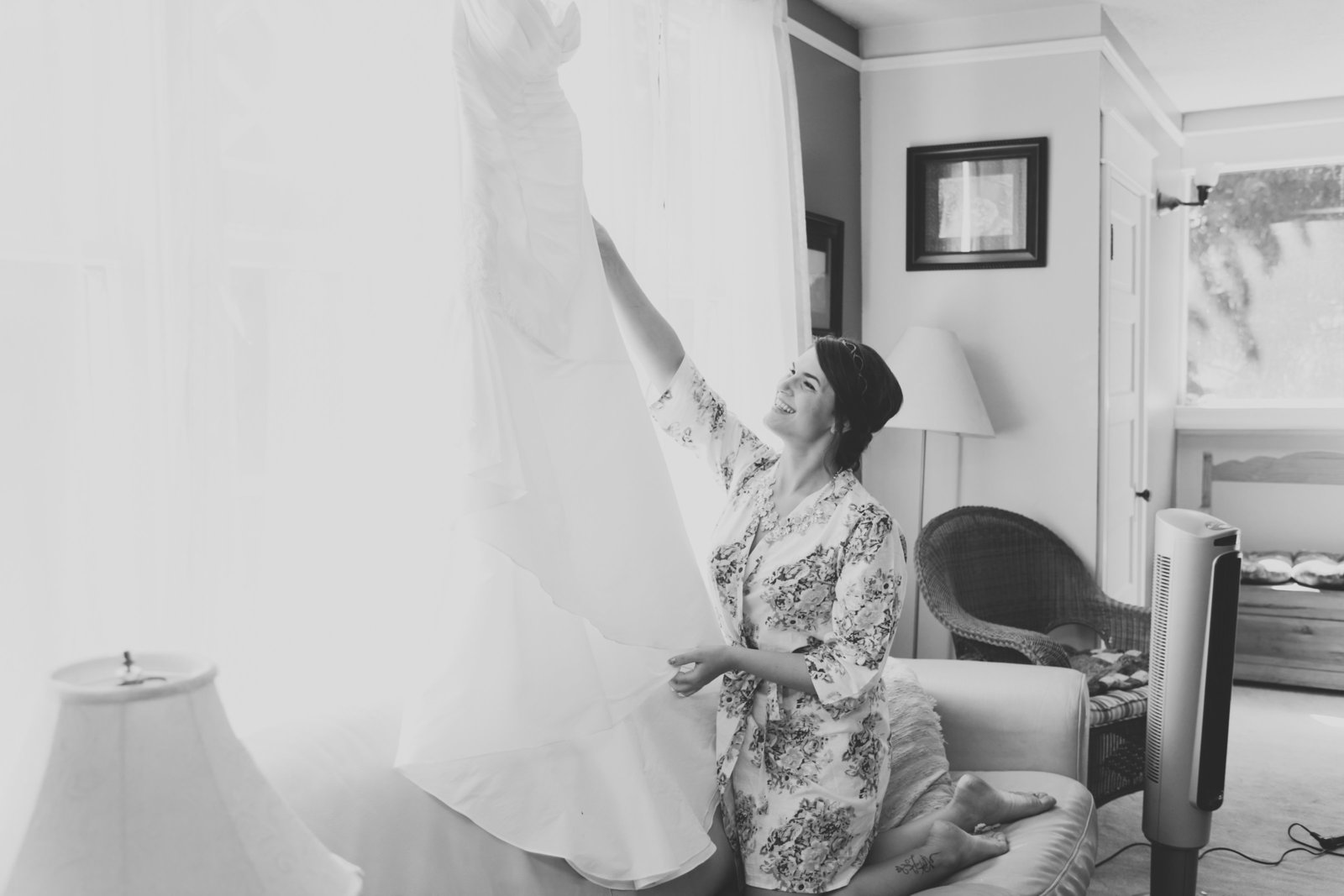 Portland bride getting ready and putting her dress on | Susie Moreno Photography