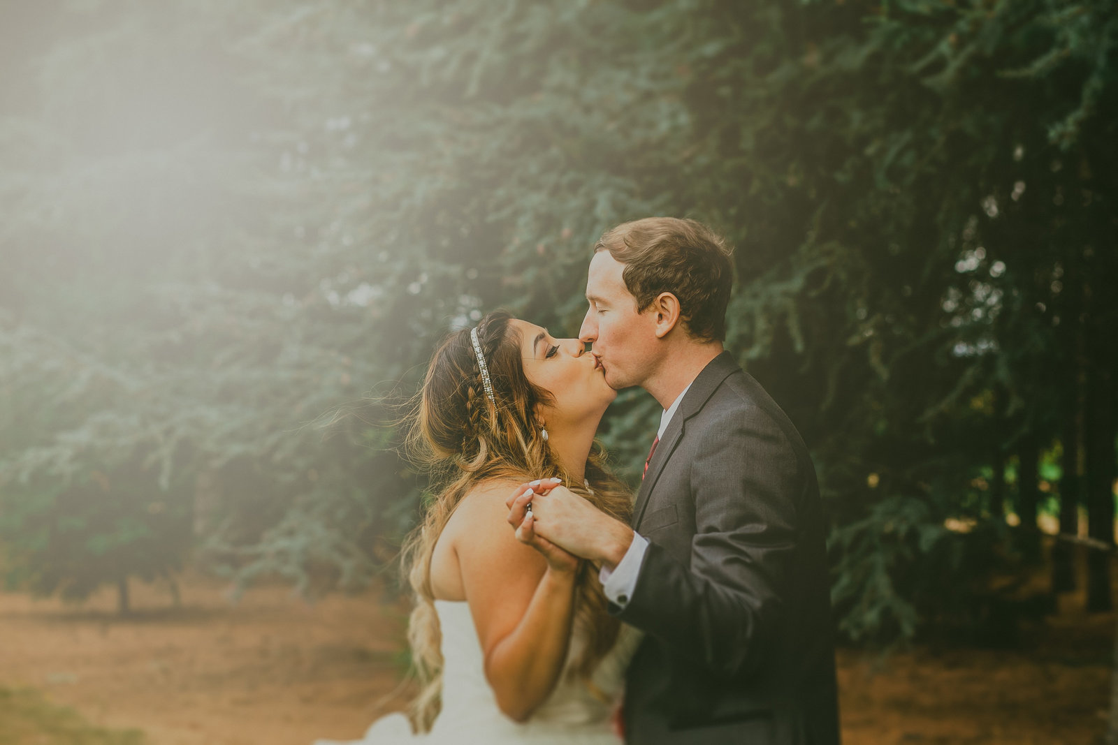 Best Wedding Photography in Portalnd Oregon | Bride and groom kissing outside | Susie Moreno Photography