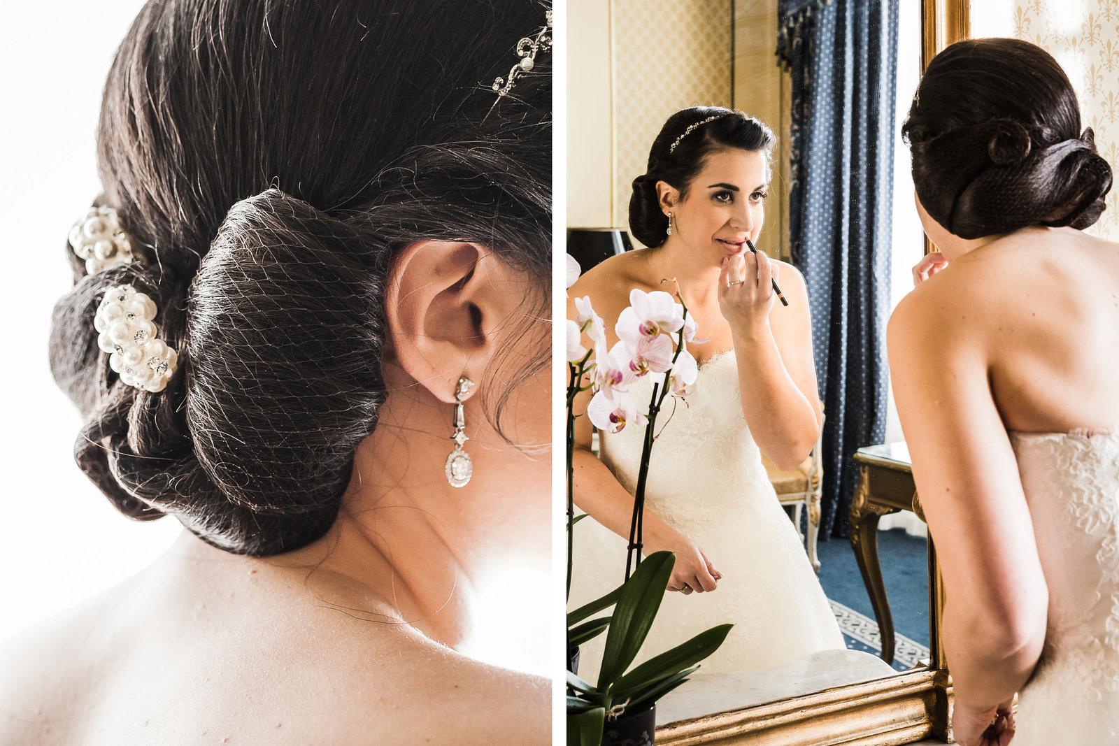 Het trouwkapsel van de bruid is gemaakt met een klassieke techniek m.b.v. een haarnet. De bruid in de spiegel doet nog even de laatste lippenstift op . Copyright Nanda Zee-Fritse | FOTOZEE
