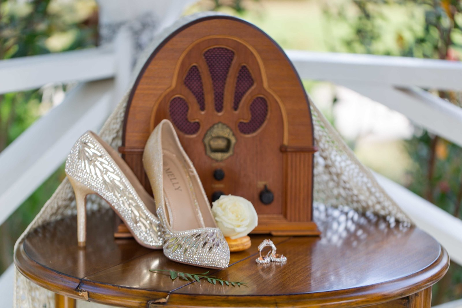 Greate gatsby wedding details  with cathedral radio at parterre
