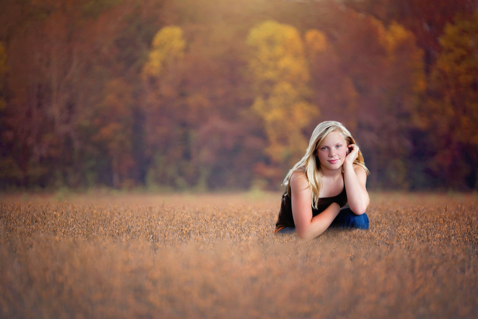 senior-portrait-photos-golden-hour-field