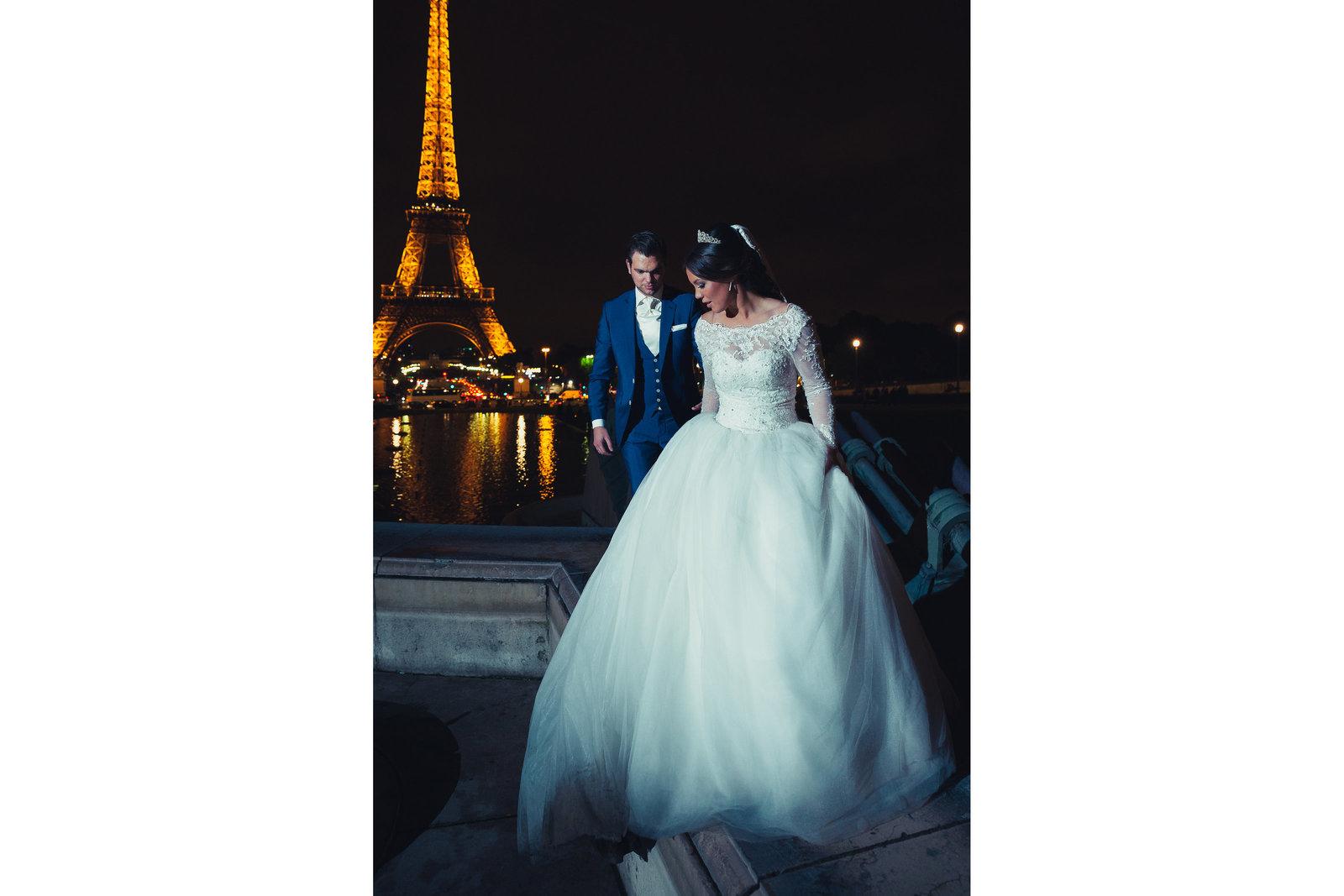 Een after wedding shoot bij de Eiffeltoren in Parijs. In de avond ziet de toren er mooi verlicht uit. Copyright Nanda Zee-Fritse | FOTOZEE