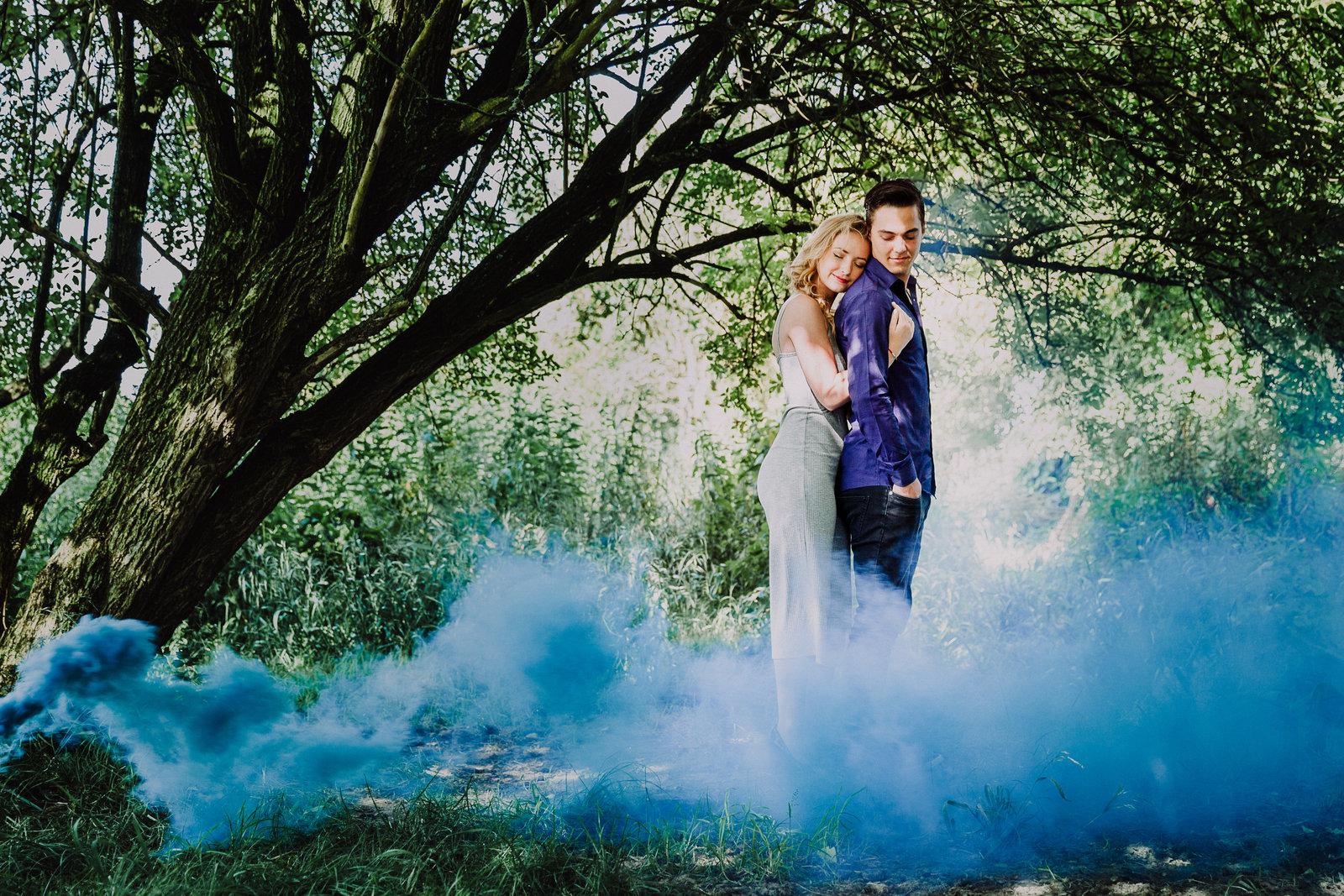 Loveshoot met blauwe rookbom in de natuur Copyright Nanda Zee-Fritse | FOTOZEE