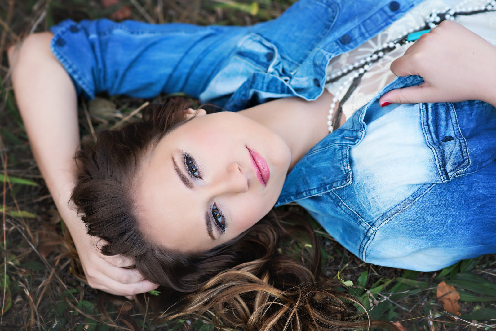 Iowa-high-school-senior-girl-airbrush-makeup-muscatine-iowa-city-quad-cities-fall-leaves