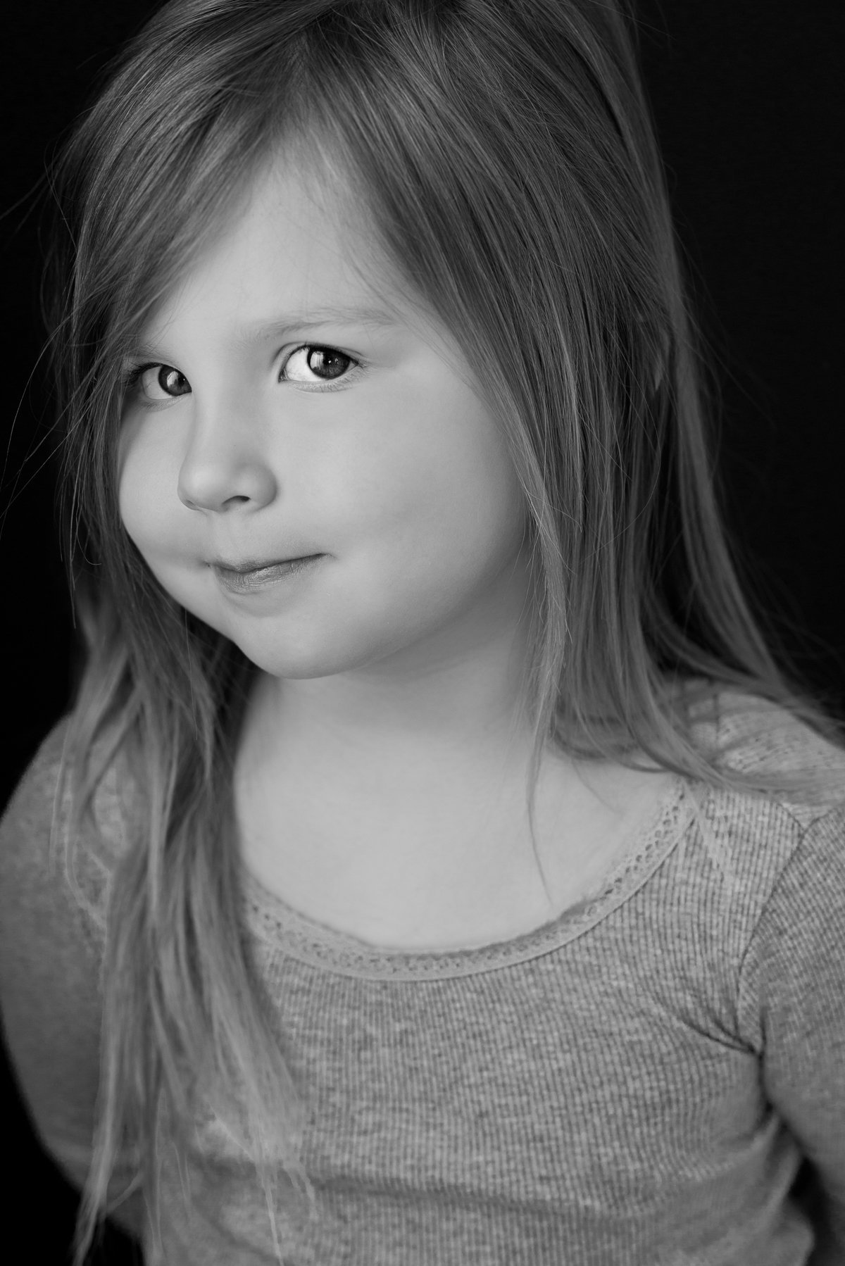 caitlin-chadwick-studios-holiday-mini-portrait-beautiful-blonde-brown-eyes-child-girl-coy-cute-black-and-white-timeless_0005