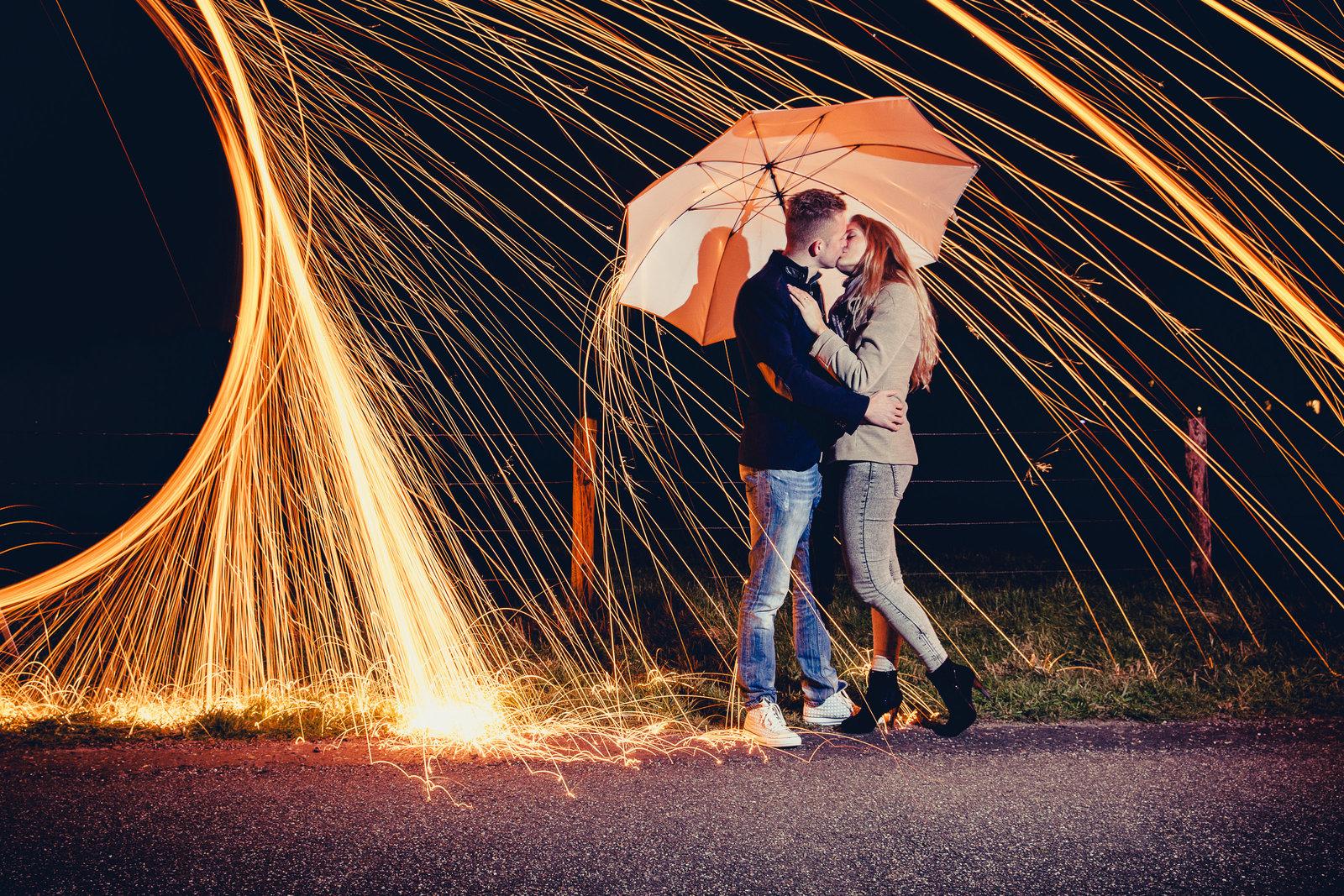 Tijdens deze loveshoot werd een pluk brandend staalwol gebruikt. Copyright Nanda Zee-Fritse | FOTOZEE