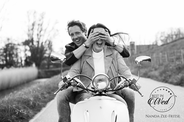 Award winng foto uit een loveshoot met een retro scooter.  Spannend met zijn handen voor haar ogen. Copyright Nanda Zee-Fritse | FOTOZEE