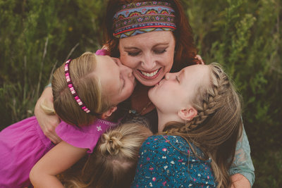 girls kiss mom