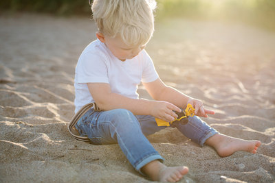 Chicago_Child_Photographer_Beach_Digging