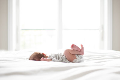 lifestyle-newborn-chiago-photographer-baby-on-bed-facing-window