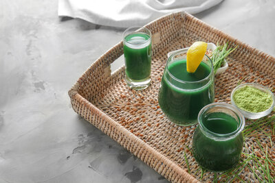 glasses-wheat-grass-juice-wicker-tray