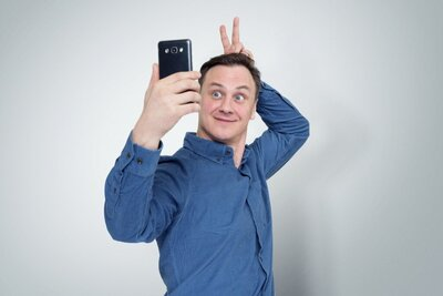 Man-taking-goofy-selfie