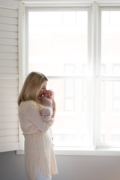 lifestyle-newborn-chiago-photographer-mother-in-window