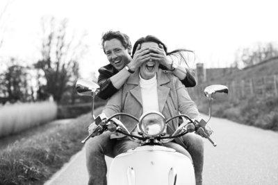 Met deze hilarische foto van een liefdeskoppel op een retro scooter  heeft bruidsfotograaf Nanda Zee van FOTOZEE een internationale award gewonnen.