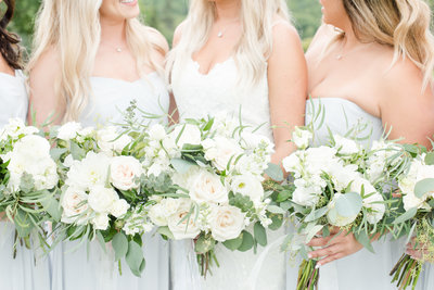 bridesmaids-with-velvet-rope-floral-bouquets