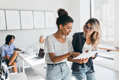 slim-black-woman-jeans-explaining-something-european-female-colleauge-while-asian-man-talking-with-fair-haired-young-lady-portrait-managers-international-company-solving-work-problems