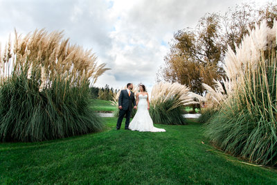 oregon bride and groom kissing in an open field | Susie Moreno Photography