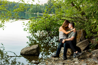 romantic engagement session near water seattle engagment photographer emma lee photography